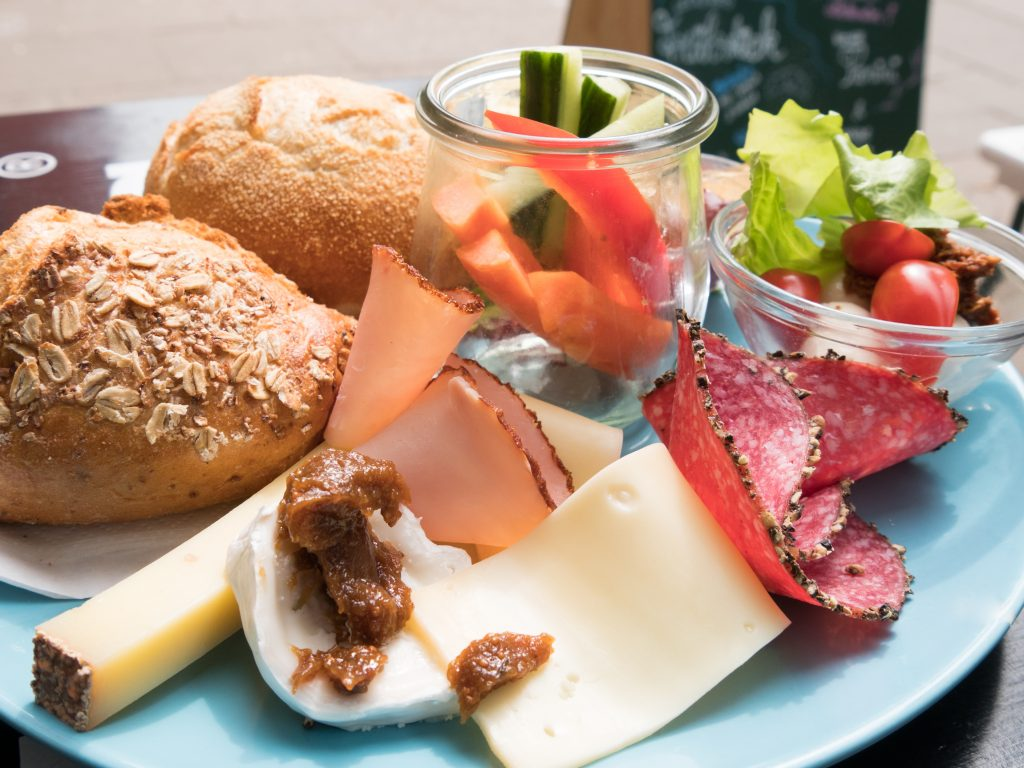 Schlemmerfrühstück in Gretchens Villa mit 2 Brötchen, Käse und Wurst