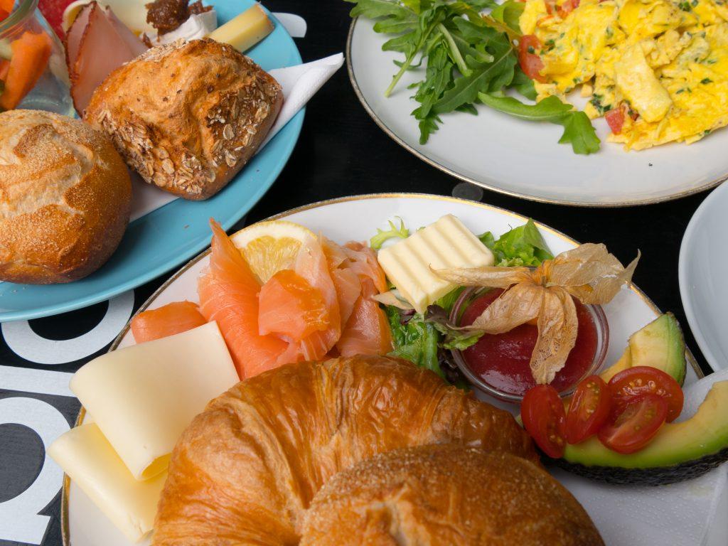 Unterschiedliche Frühstücksteller bei Gretchens Villa in Hamburg