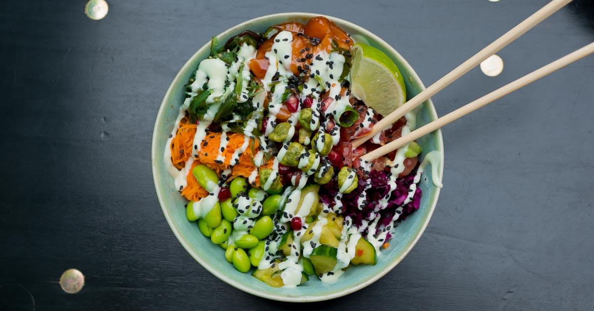 Poke Bowl mit Lachs Gemüse und Reis bei den Maui Poke Guys in Hamburg