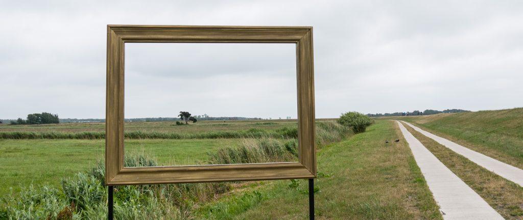 Kunstwerk den Fotokursen; Bilderrahmen in der Boddenlandschaft von Zingst