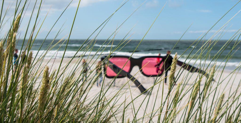 Kunstwerk am Strand von Zingst in Form einer überdimensionalen Sonnenbrille