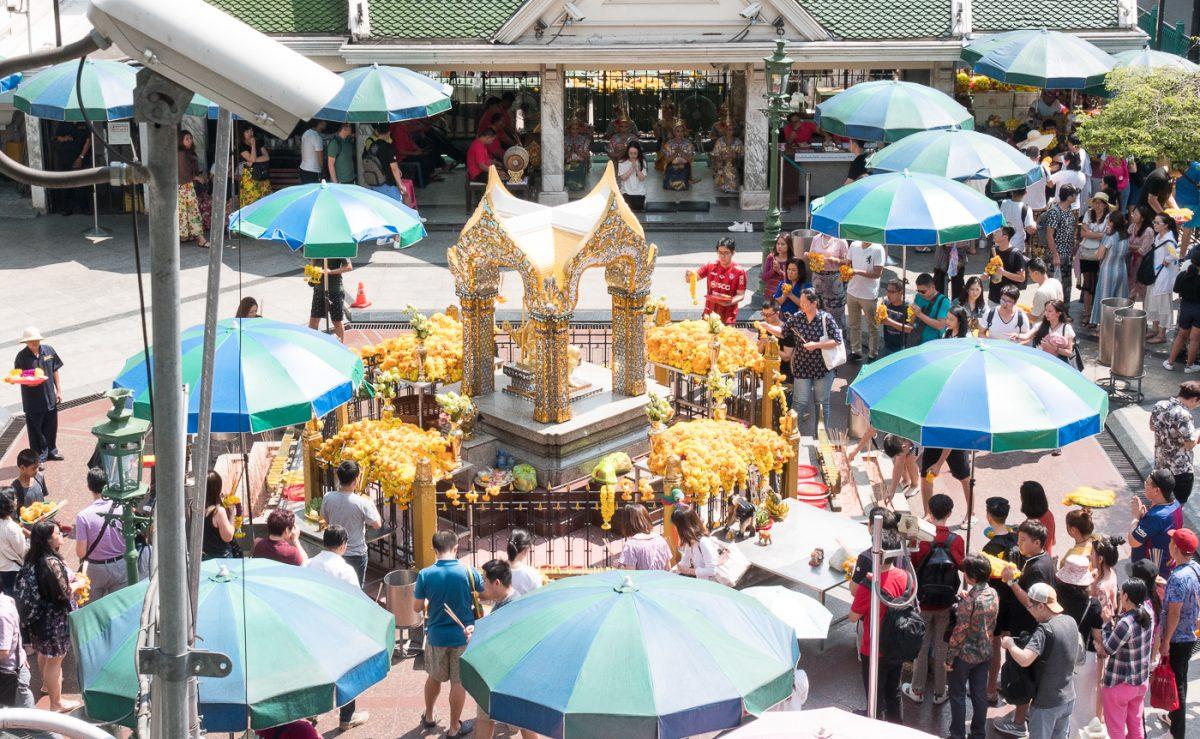 Menschenmassen am Erawan Schrein in Bangkok