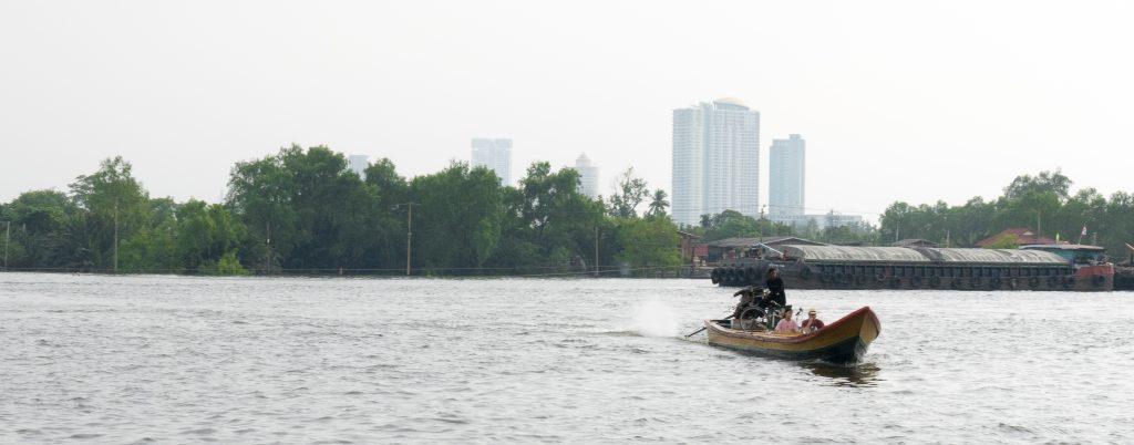 Holzboot um den Fluss in Bangkok zu überqueren als Erweiterung zu den Expressbooten