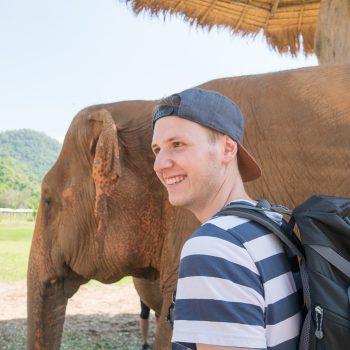 Elefanten streicheln im Elefant Nature Park