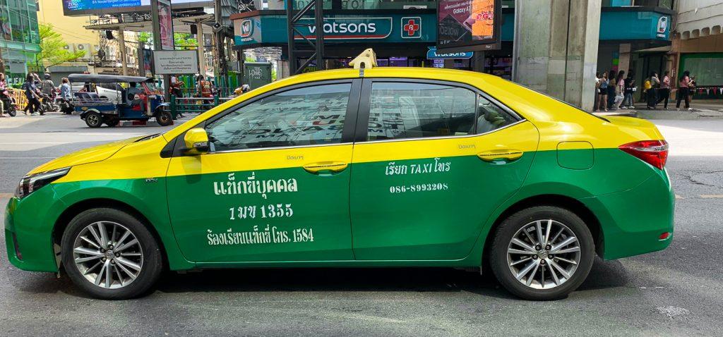 gelb-grünes Taxi in Bangkok