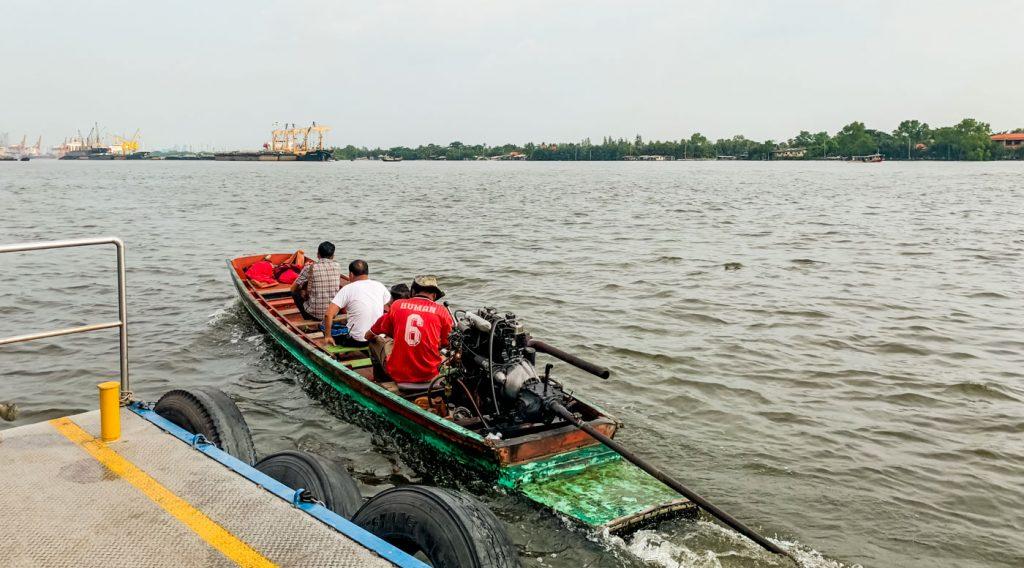 Wassertaxi aus Holz auf dem Chao Phraya in Bangkok