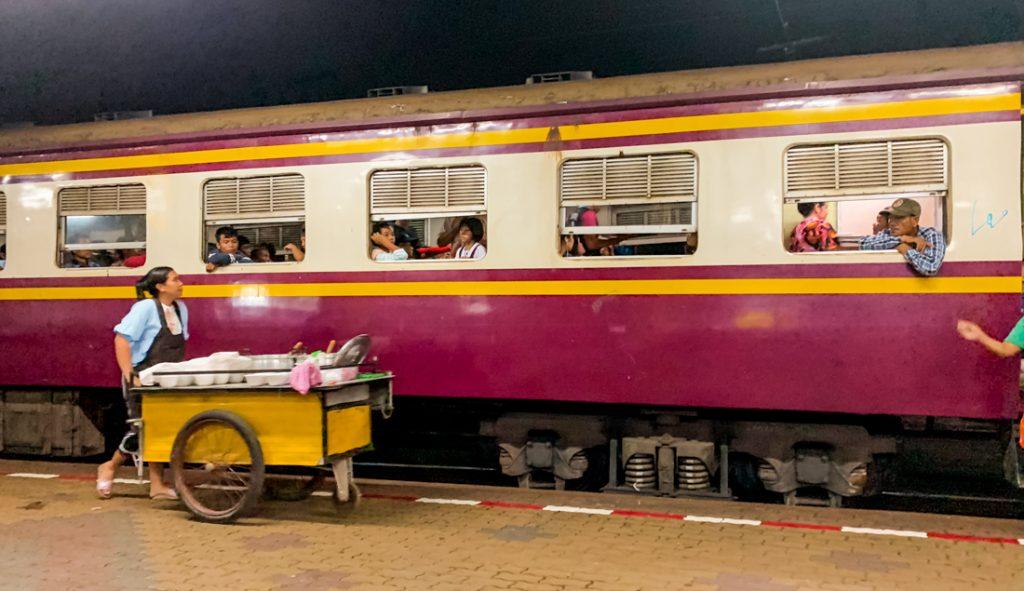 Essen auf der Zugfahrt in Thailand