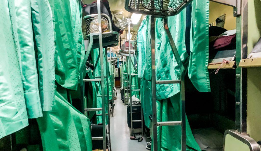 Zweite Klasse Abteil im Nachtzug in Thailand