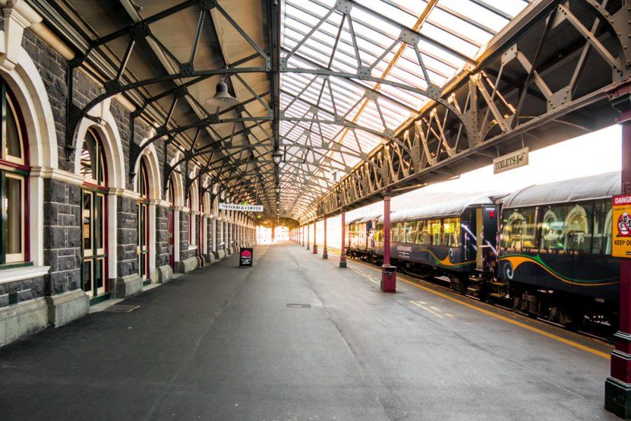 Der Farmers Market findet auf dem alten Bahnhof in Dunedin statt
