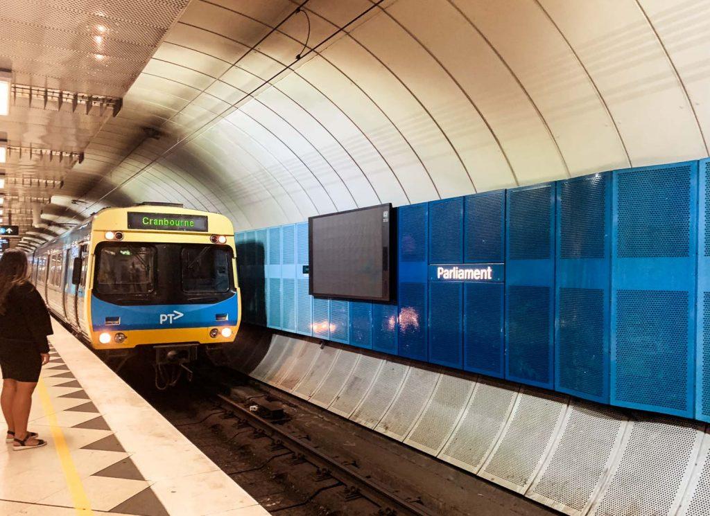 Bahn im City Loop Tunnel in Melbourne